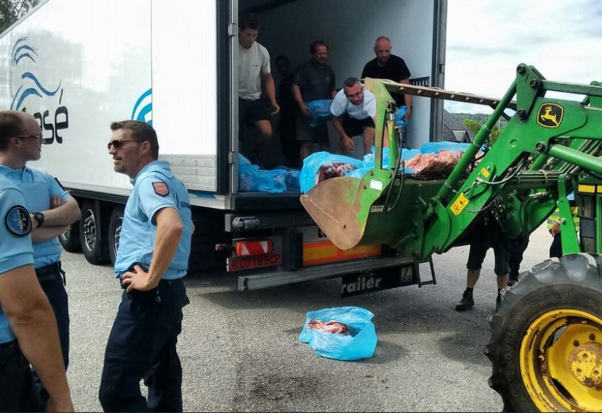 Camión aragonés atacado por ganaderos franceses en Normandía ante la presencia impasible de los gendarmes