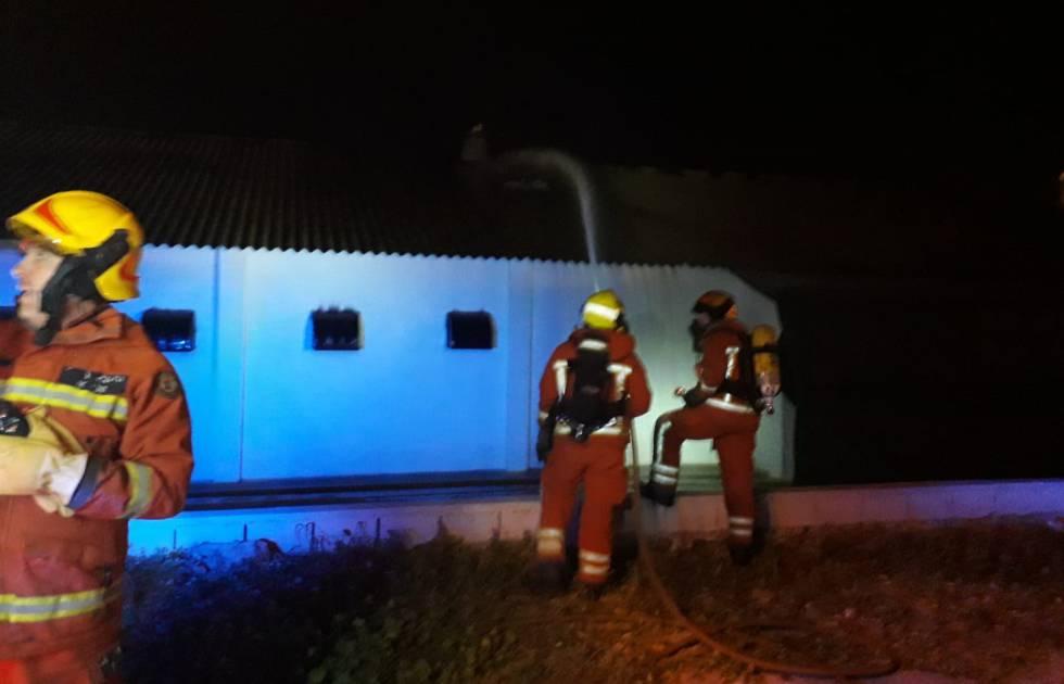 Efectivos de los bomberos en la nave de pollos incendiada en Picassent, Valencia (CPBV Europa Press)